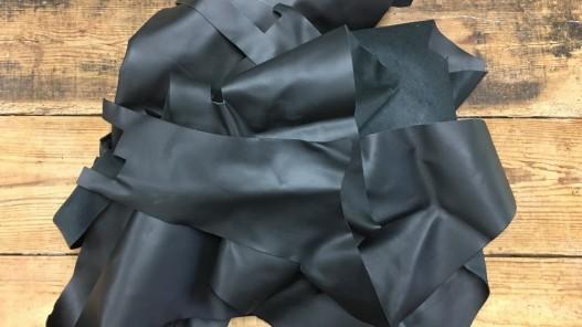 chutes de cuir de veau noir mat maroquinerie cuir en stock
