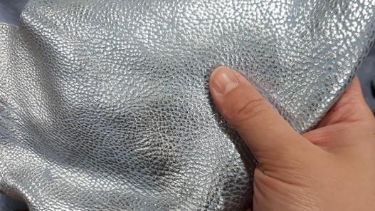 Morceau de cuir métallisé argent et bleu clair - Cuir en Stock