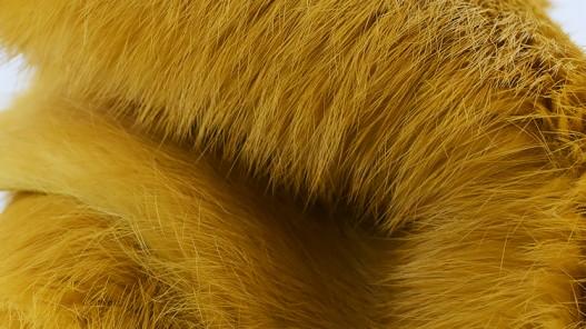 Peau de lapin en poil jaune moutarde - Cuir en Stock