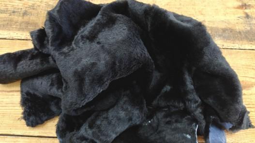 Peau lainée de mouton noir - Cuir en Stock