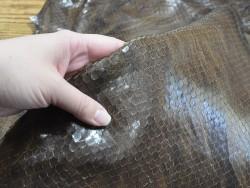 Détail grain serpent brun finition naturelle cuir en stock