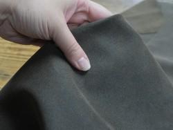Détail peau de veau velours ciré kaki - maroquinerie - Cuir en stock