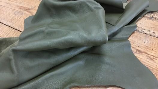 Demi peau de cuir de veau grainé vert kaki maroquinerie Cuir en Stock