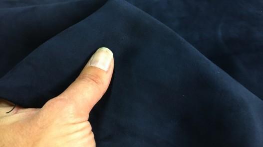 Détail peau chèvre velours bleu marine maroquinerie Cuir en stock