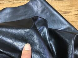 Détail cuir métallisé bleu nuit nacré maroquinerie chaussure Cuirenstock