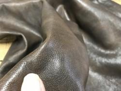 Détail cuir nuance antique brun chèvre maroquinerie Cuir en stock