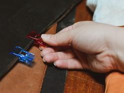 Pinces clip en plastique pour la couture et le collage du cuir - Cuir en Stock