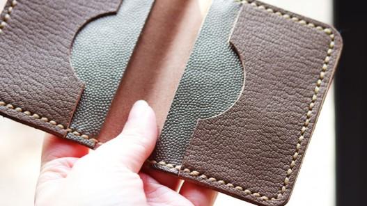 Création d'un porte-cartes avec un morceau de cuir - Cuir en Stock