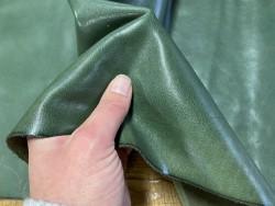Détail cuir de buffle vert finition satiné maroquinerie chaussure vert forêt Cuir en stock