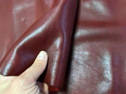 Détail cuir de buffle satiné bordeaux maroquinerie chaussure Cuir en stock