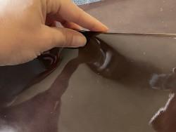 Morceau de cuir de veau vernis brun chocolat prêt à l'emploi Cuir en stock