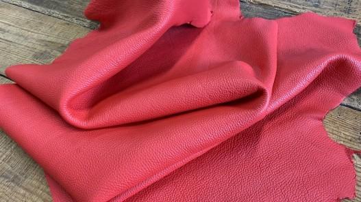 Souplesse du cuir de taurillon grain togo corail maroquinerie luxe Cuirenstock