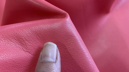 Détail cuir de chèvre nappa lisse rose fuschia Cuir en stock
