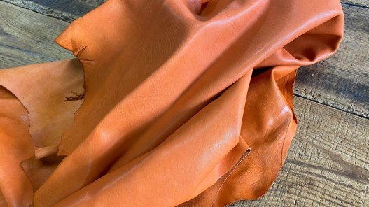 Souplesse d'une peau de cuir de mouton nappa métis orange maroquinerie luxe Cuirenstock