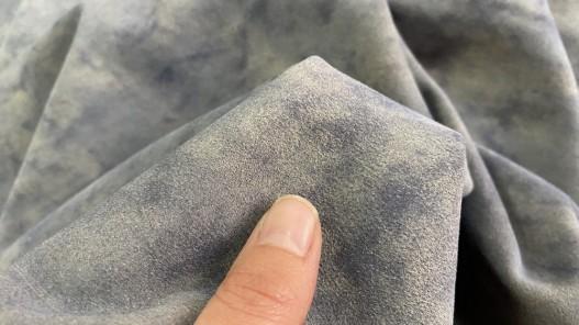Détail nuance de bleu aqua veau velours cuir en stock