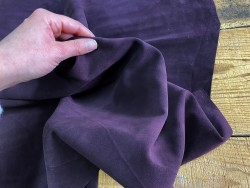 Détail peau de veau velours touché doux mûre violet Cuir en stock