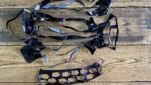 100 grammes de petites chutes de cuir de lézard noir accessoire bijou cuir en stock