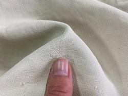 Détail grain de peau chèvre lavé pastel blanc Cuir en stock