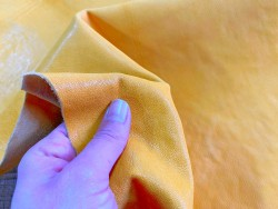 Détail cuir de chèvre lavée jaune safran maroquinerie Cuir en stock