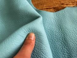 Détail grain togo cuir de taurillon bleu clair travail du cuir main cuir en stock