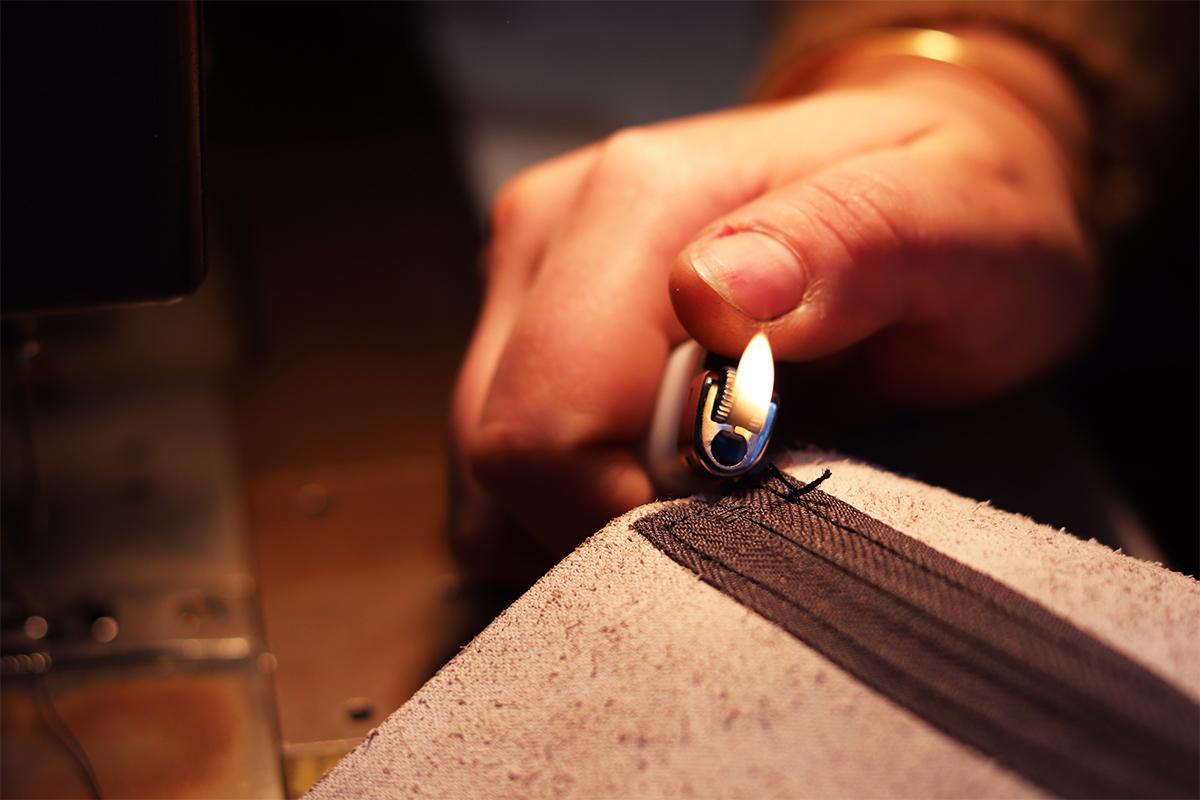 astuce travail du cuir arreter le fil de couture avec un briquet