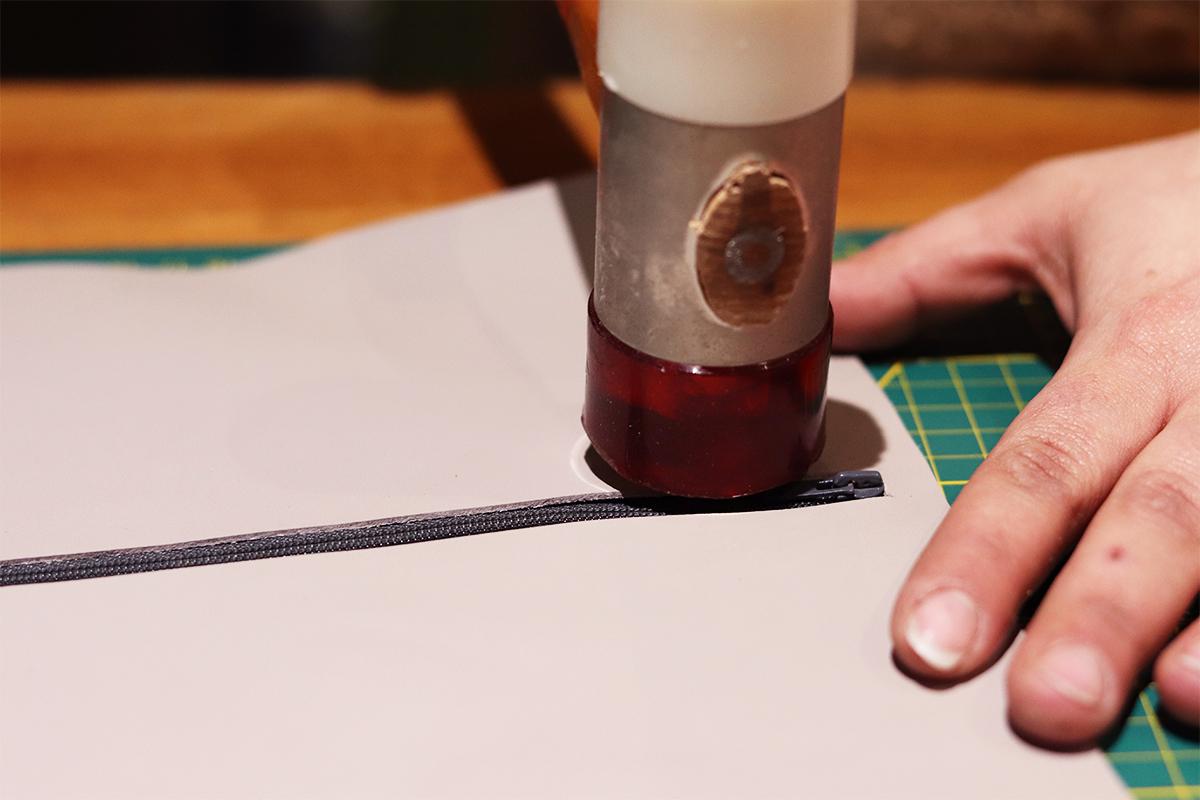 travail du cuir colle et maillet assemblage trousse en cuir