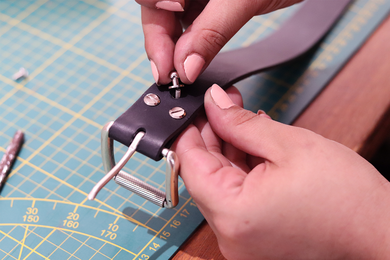 bouton de col travail du cuir maroquinerie cuirenstock