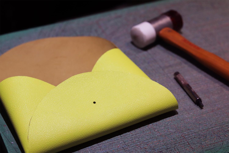 percer cuir tuto pochette sans couture bouton de col