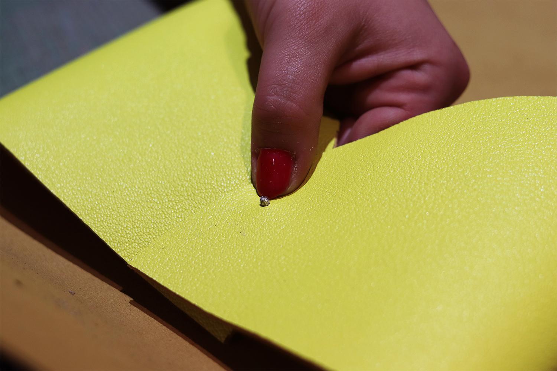 bouton de col pochette en cuir tuto DIY