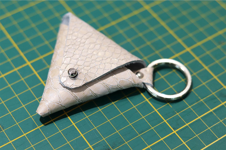 porte-monnaie triangle en cuir tuto patron gratuit cuirenstock