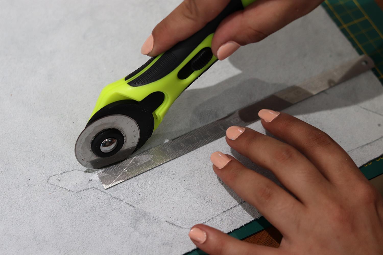 découper le cuir avec un cutter rotatif cuirenstock