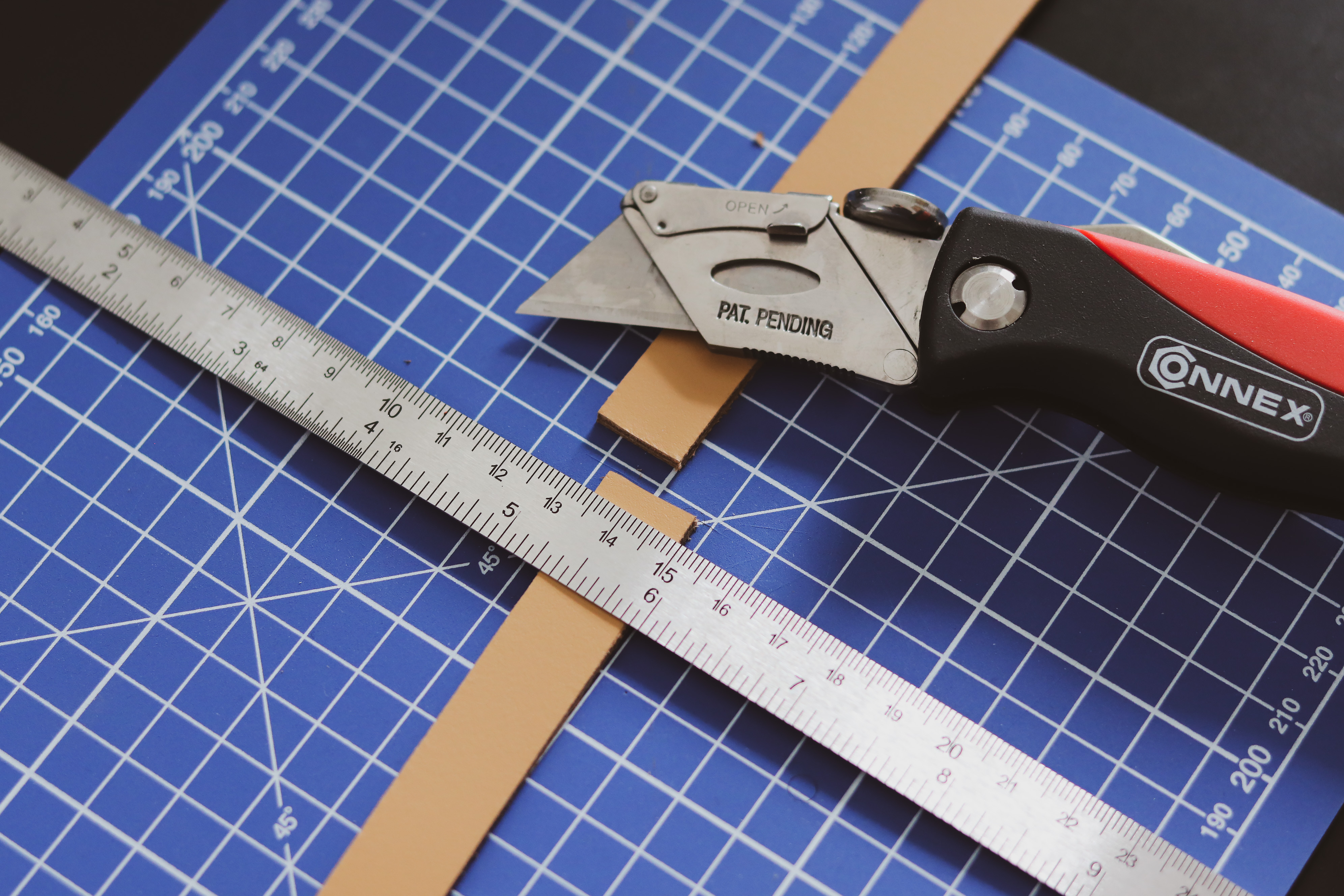 Découpe lanière de cuir  avec un cutter - Tuto DIY - Cuir en Stock