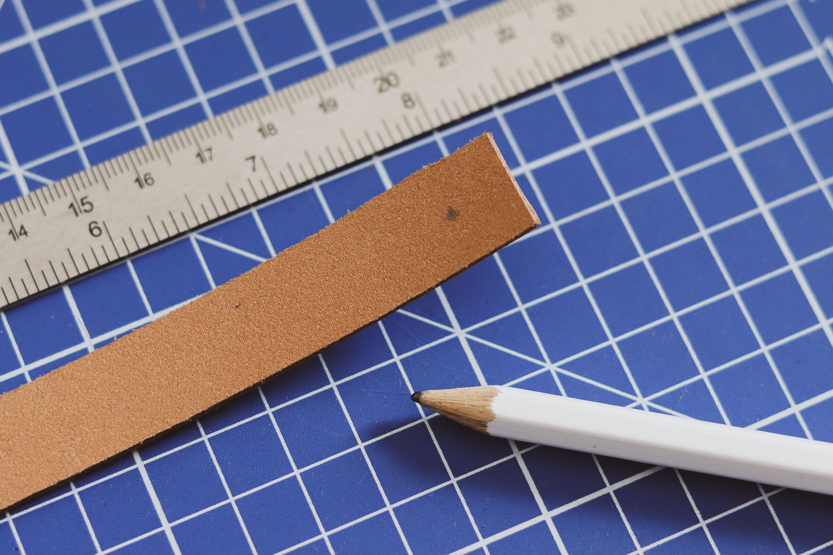Marquer le cuir avec une feutre ou crayon - Tuto DIY suspension florale - Cuir en Stock