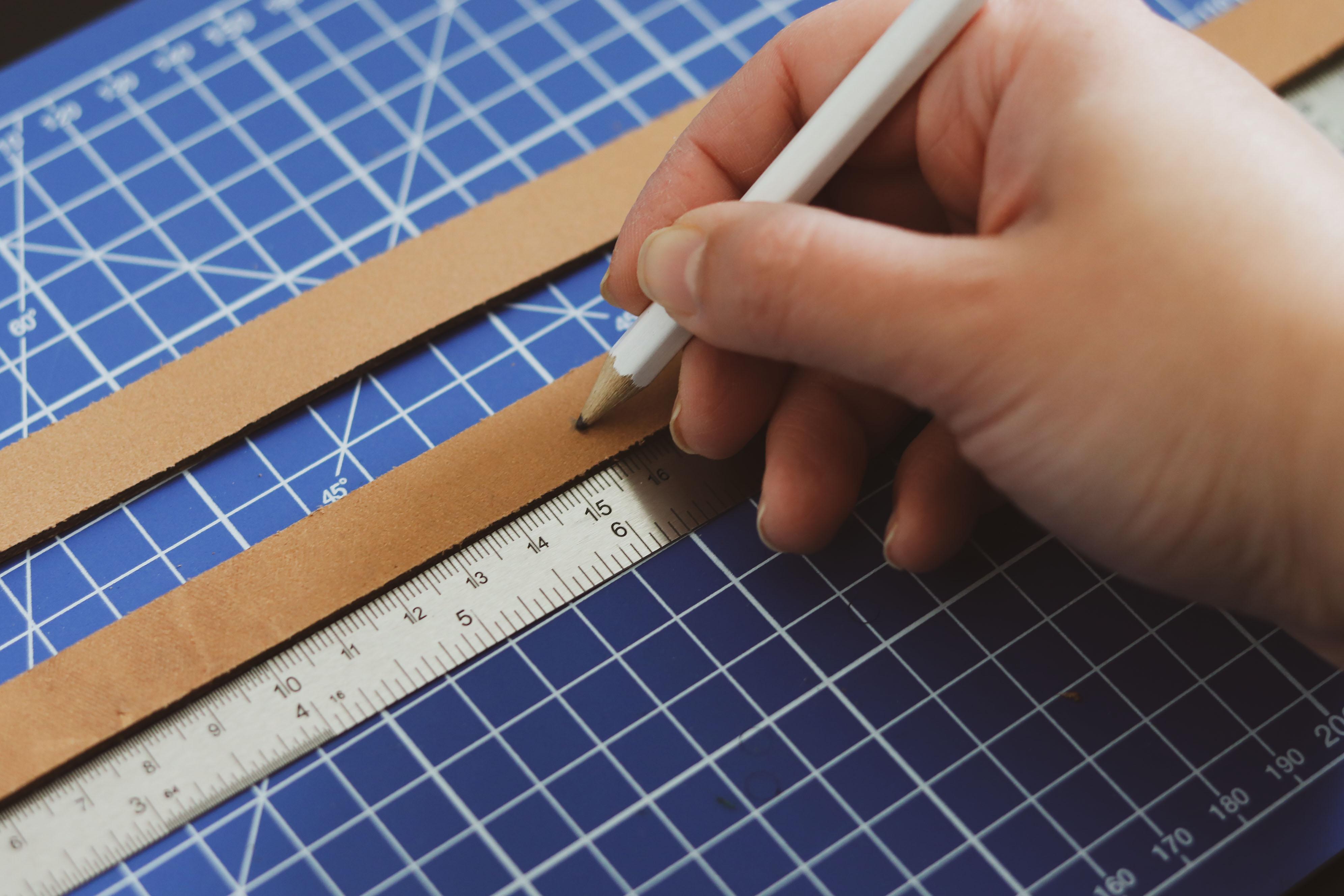 Tracer sur le cuir avec une feutre effaçable - Tuto DIY Suspension florale upcycling - Cuir en Stock