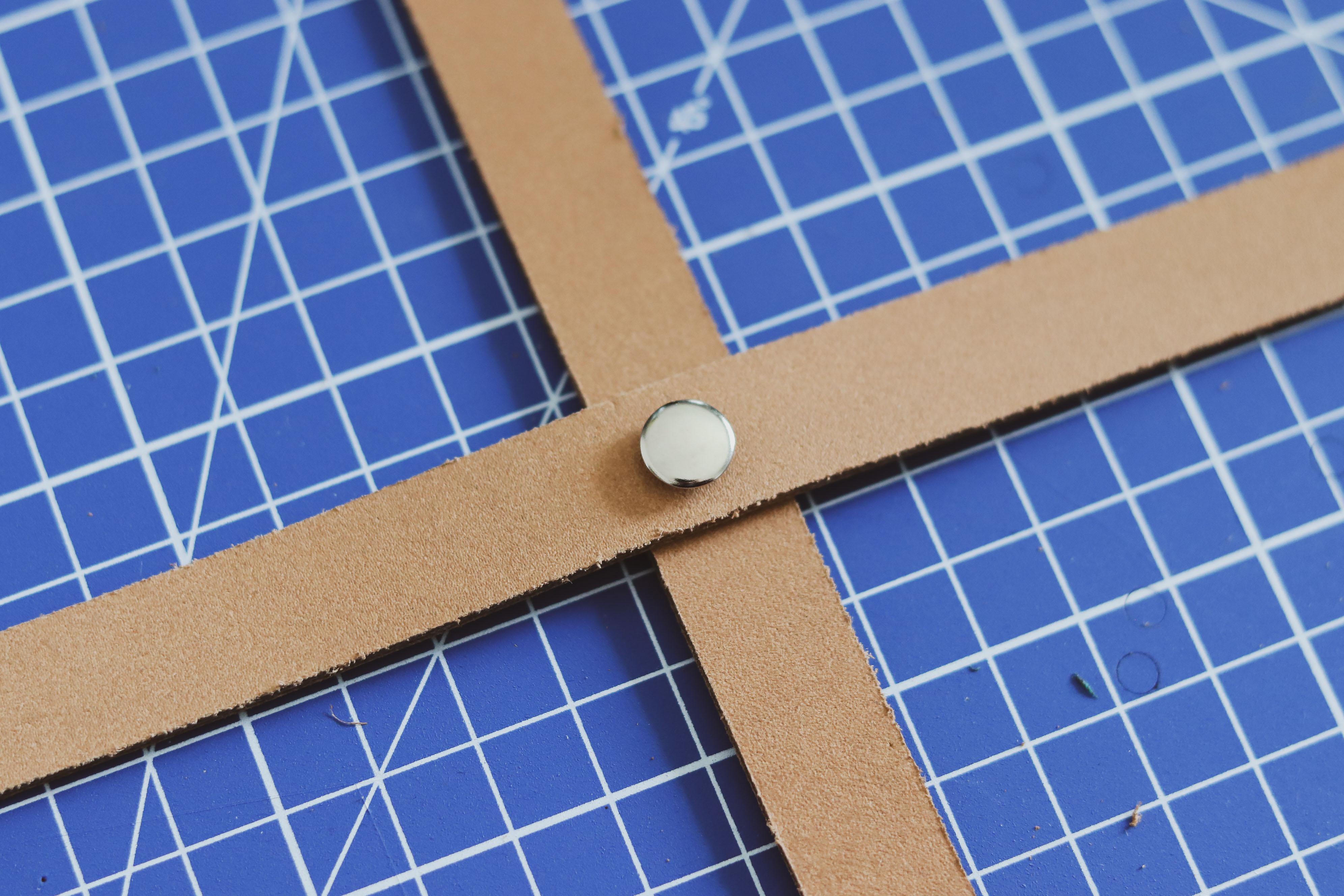 Pose d'un rivet sur du cuir - Tuto DIY Suspension florale - Cuir en Stock